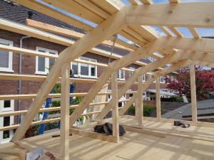 Verbouwing tuinhuis, waarbij de bewoner meewerkte.